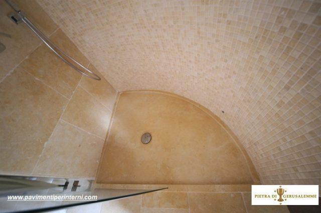 Mosaico in pietra per la doccia